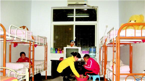 幼儿班生活老师照顾孩子洗脚