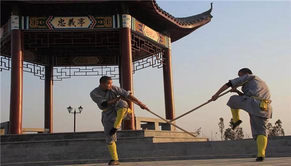 两名教练练习少林棍
